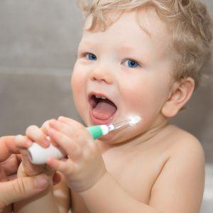 Baby met elektrische tandenborstel